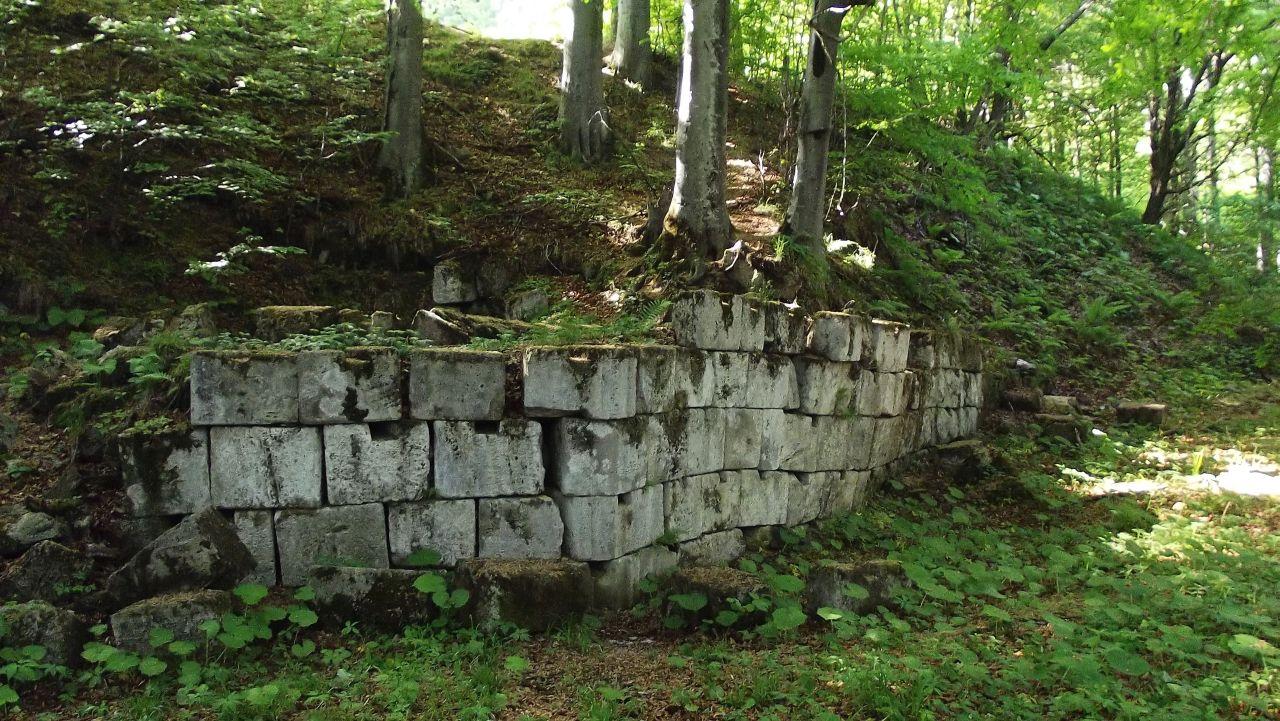 Zid de susținere al teraselor sacre