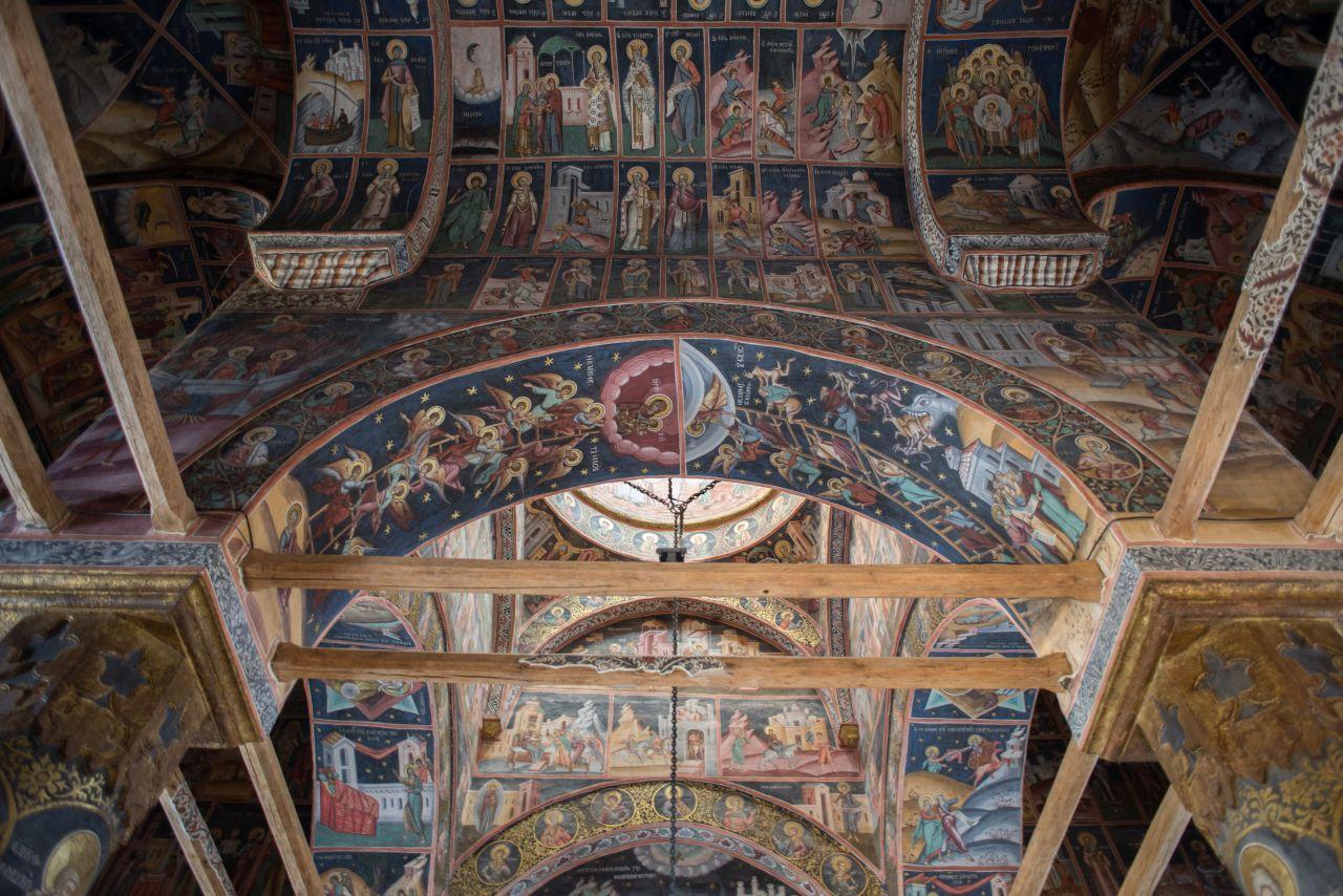 Pictura interioară impresionează prin bogăția detaliilor