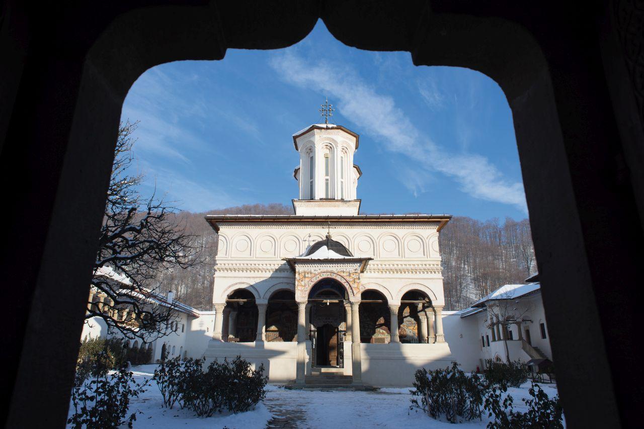 Biserica Mănăstirii Horezu, văzută din ușa trapezei