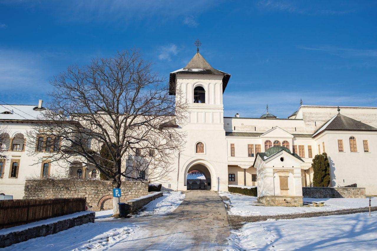 Intrarea principală în mănăstire, cu turnul clopotniță