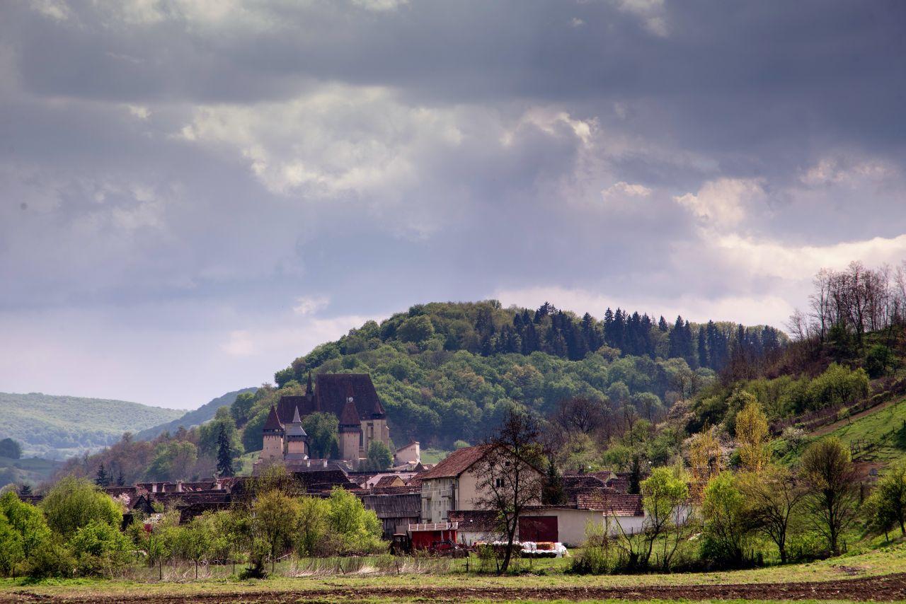 Biserica din Biertan, văzută de la intrarea în sat