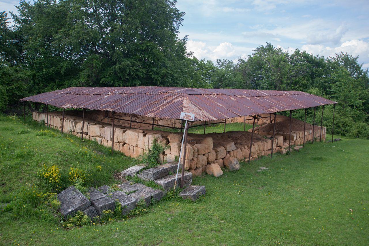 Unul dintre cele două turnuri locuințe de la Costești