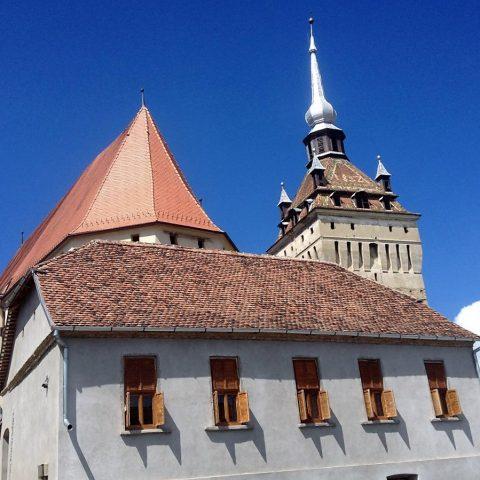 Biserica fortificată din Saschiz, văzută de pe DN1