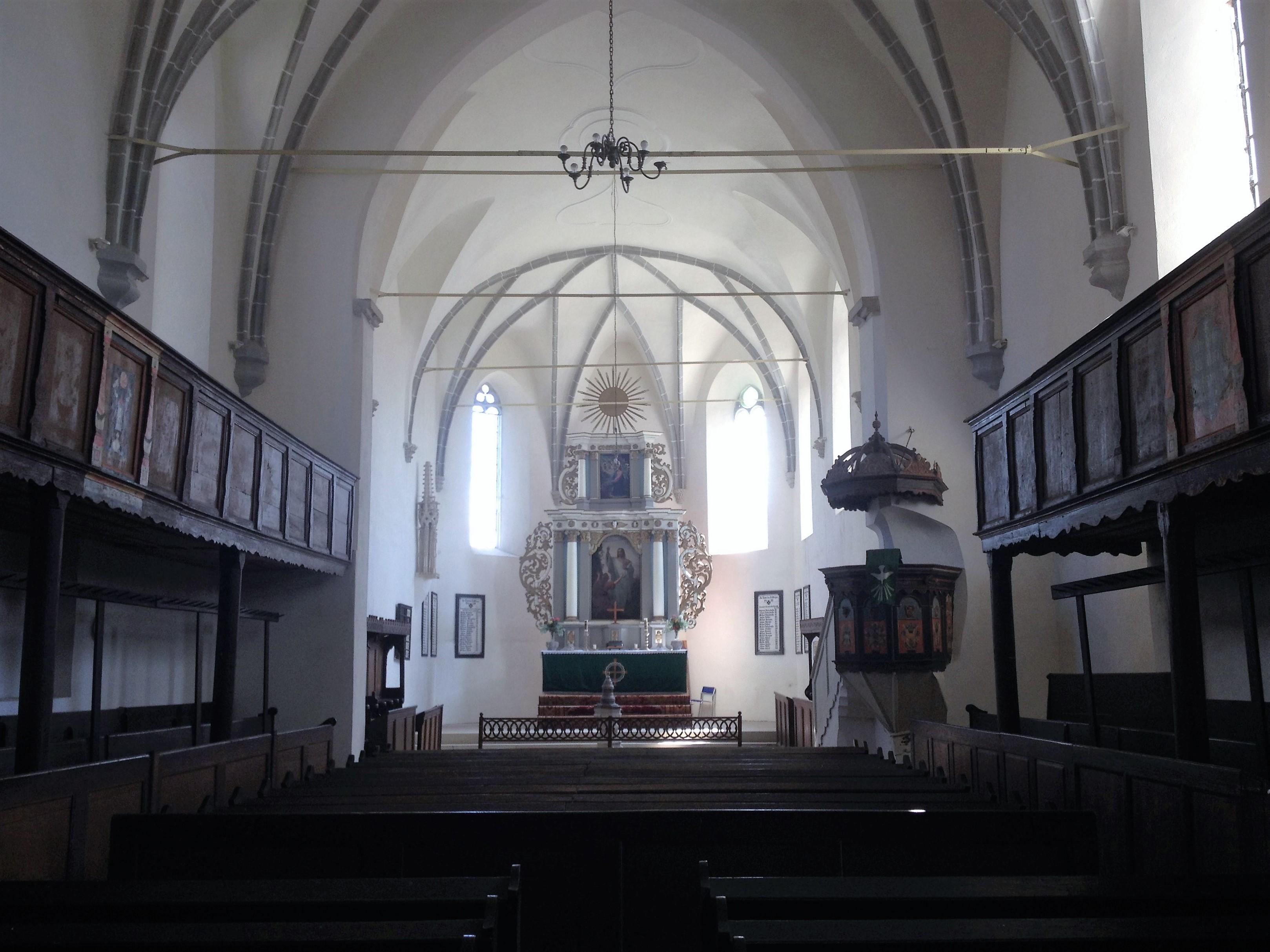 Biserica e una de tip hală, ridicată în stil gotic târziu