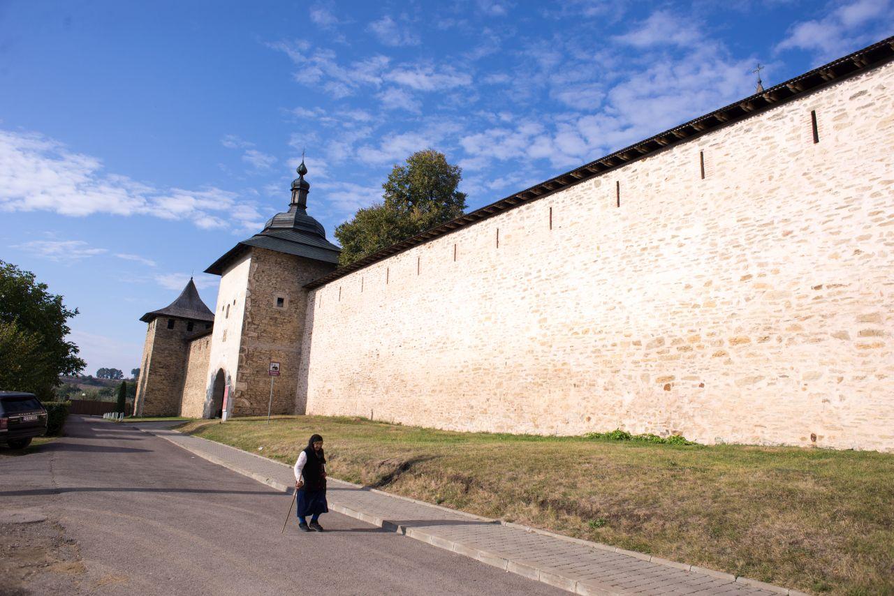 Mănăstirea Probota are un aspect de fortăreață