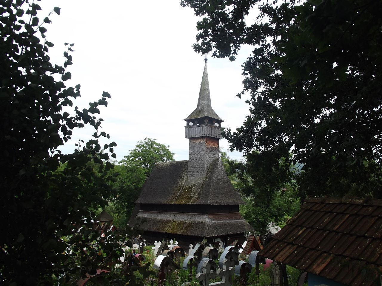 Biserica din Ieud-Deal e înconjurată de un cimitir