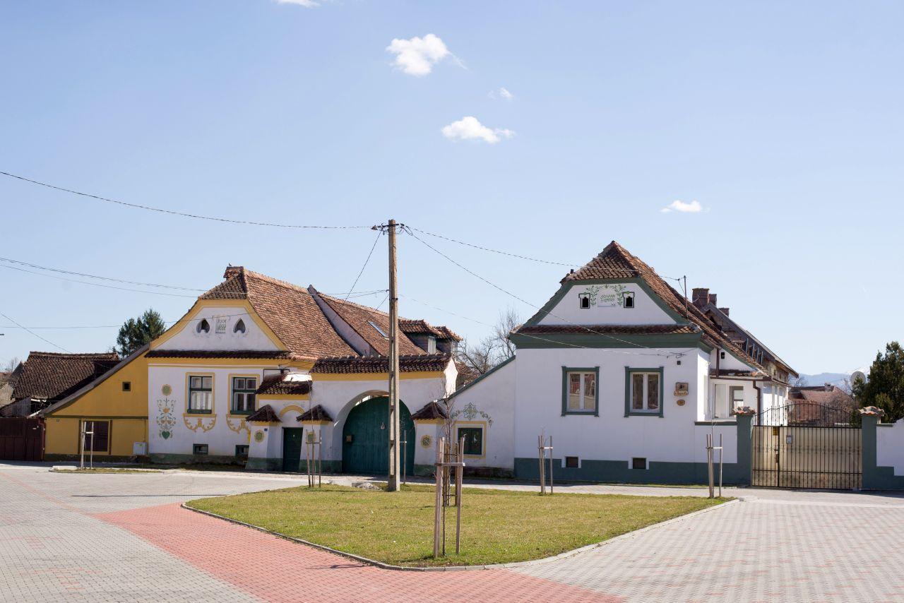 Două case săsești în centrul comunei